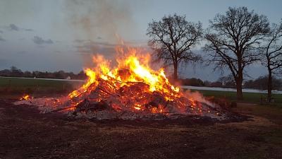 Osterfeuer lockt wieder Alt und Jung